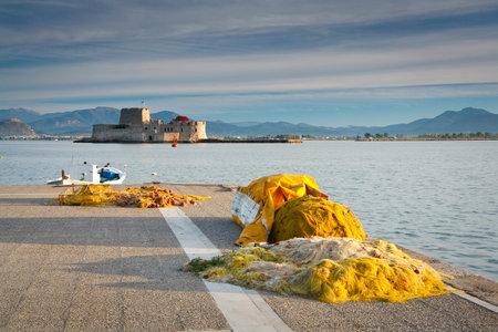 redes de pesca: Redes de pesca en un muelle en Nafplio, Peloponeso, Grecia. Editorial