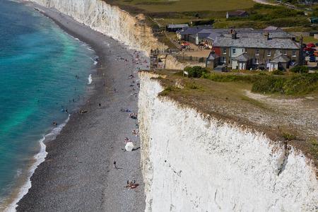 bathers: Bagnanti a Birling Gap a Seven Sisters scogliere in East Sussex, Regno Unito. Archivio Fotografico