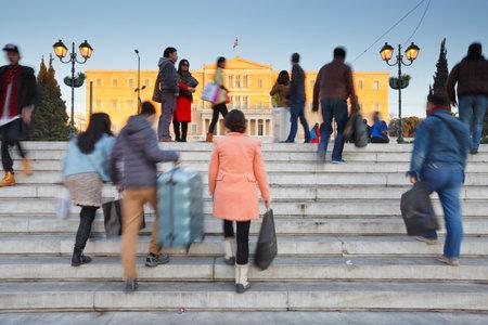 syntagma: Turisti a piazza Syntagma davanti al parlamento di Atene