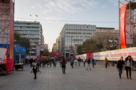 syntagma: La gente si prepara per l'evento principale della campagna del partito comunista prima delle elezioni, piazza Syntagma, Atene Editoriali