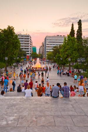 syntagma: Persone che godono la serata in piazza Syntagma