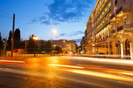 syntagma: Traffico di notte in piazza Syntagma accanto al parlamento greco