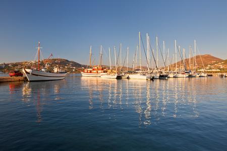 paisaje mediterraneo: Barco de pesca y barcos de vela en el puerto de Parikia, la capital y principal puerto de la isla de Paros en Grecia ,.