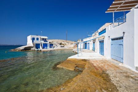 paisaje mediterraneo: barco casas tradicionales en el pueblo de Agios Konstantinos en la costa de la isla de Milos, Grecia Foto de archivo