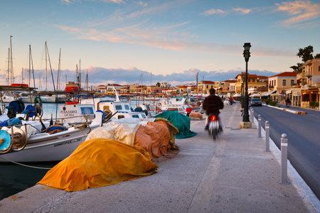 redes de pesca: Redes de pesca y barcos de pesca en el puerto de la isla de Egina, Grecia