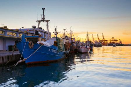 Barcos de pesca en el mercado central de pescado en el Pireo, Atenas Foto de archivo - 49677718