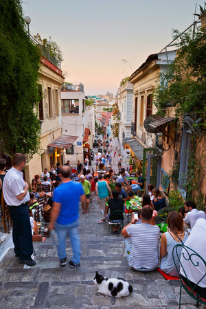 People having drinks in the old town of Plaka. Редакционное
