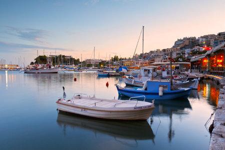 paisaje mediterraneo: Por la noche en el puerto de Mikrolimano en Atenas, Grecia.