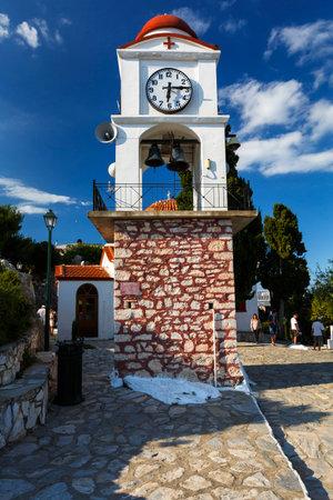 Glockenturm der Kirche Agios Nikolaos in der Stadt Skiathos, Griechenland.