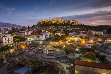 ギリシャ、夕暮れ時の屋根トップ カクテルバーからのアクロポリスの眺め。