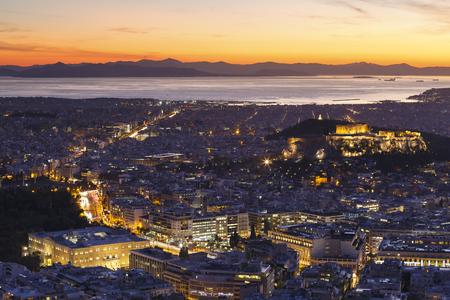ギリシャ、日没時のリカベトスの丘からアクロポリスとアテネの街の眺め。 写真素材