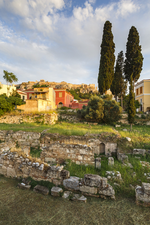 View of the Acropolis over the remains of ancient Greek Agora and neoclassical buildings of Plaka in central Athens, Greece. Banque d'images