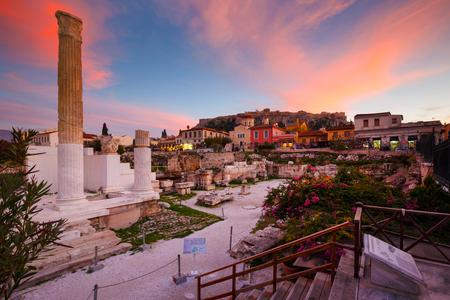 Überreste von Hadrians Bibliothek und Akropolis in der Altstadt von Athen, Griechenland.