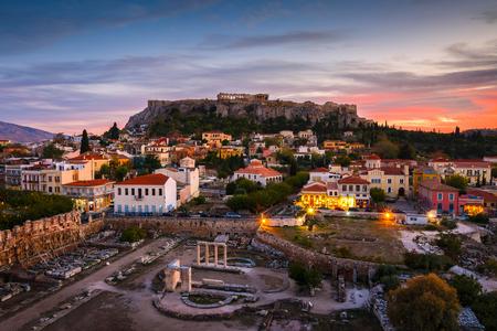 Blick auf die Akropolis von einer Cocktailbar auf dem Dach bei Sonnenuntergang, Griechenland.