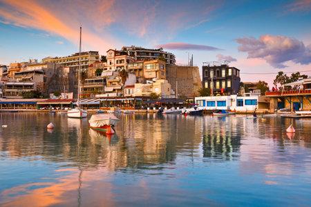 Atenas, Grecia - 10 de noviembre de 2015: Barcos y restaurantes en el puerto deportivo de Mikrolimano en Atenas, Grecia. Editorial