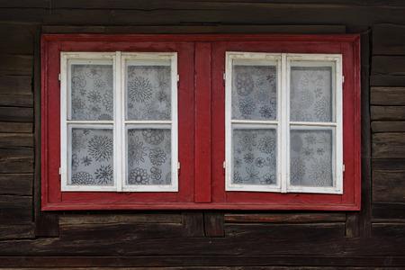 Fenêtres d'une cabane en rondins traditionnelle, région d'Orava, Slovaquie. Banque d'images