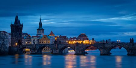 Morning view of Charles Bridge and Old Town Bridge Tower over river Vltava, Prague. Stockfoto