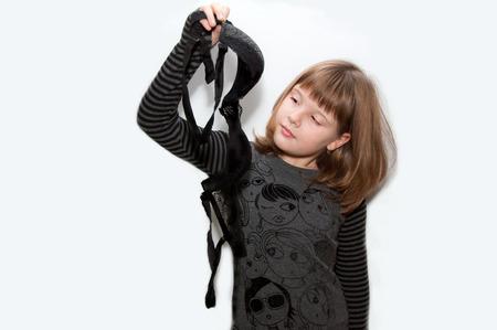 jungen unterw�sche: Teenie-M�dchen mit schwarzen BH M�tter in der Hand isoliert Pose