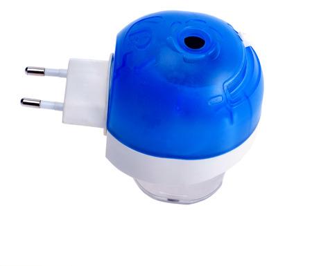 fumigador: Fumigador contra los mosquitos con una botella azul sobre un fondo blanco Foto de archivo