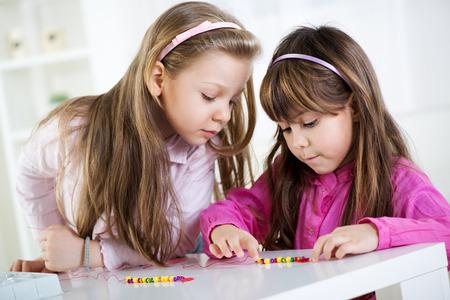 cute little girls: Dos ni�as lindas que juegan en casa.