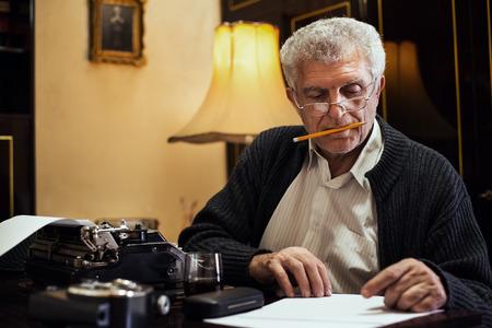 Risultati immagini per scrittore sulla scrivania