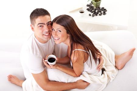 romantisches paar im bett kaffee am morgen