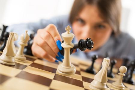 Schachmatt: Gesch�ftsfrau, die Dame und K�nig in Schachmatt Position Lizenzfreie Bilder