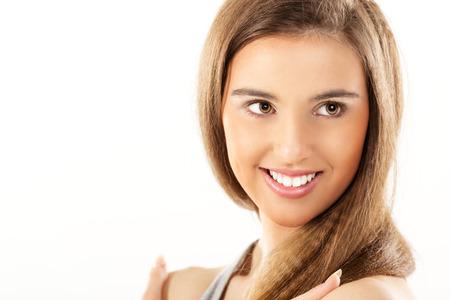 갈색 머리와 갈색 눈을 가진 아름 다운 웃는 여자의 근접.