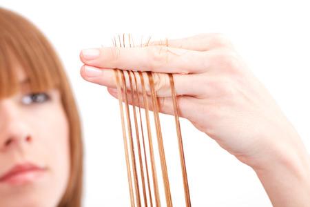 Friseur Schneiden der Haare einer blonden Frau