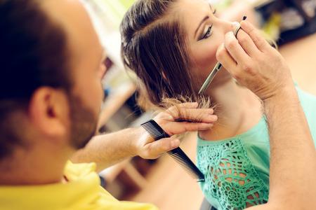 Jonge mooie vrouw met haar haar te laten knippen bij de kapper man.
