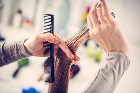 hair: Primer plano de una peluquería cortar el cabello de una mujer.