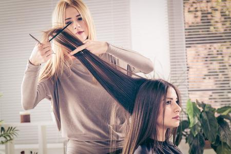 pelo largo: Mujer hermosa joven despu�s de haber cortado el pelo en la peluquer�a.