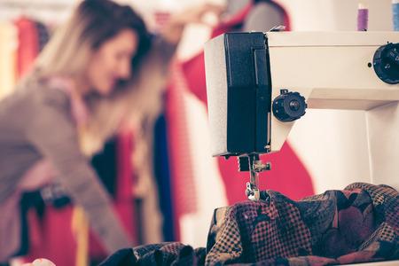 maquina de coser: Primer plano de una máquina de coser con un material que coser.