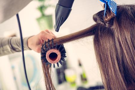 Close-up d'un cheveu brun séchage avec sèche-cheveux et une brosse ronde. Banque d'images - 44578908
