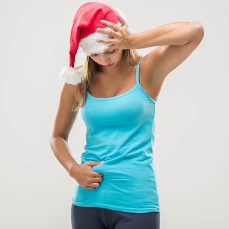 vida sana: Aptitud de la mujer joven que muestra su grasa del abdomen despu�s de Navidad.