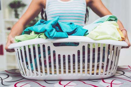 lavanderia: Primer plano de manos de una mujer es la celebración de cesto de la ropa para planchar