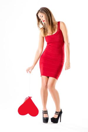 corazon roto: Hermosa chica de pie infeliz y con el coraz�n rojo roto. Dise�o de la insignia. Foto de archivo