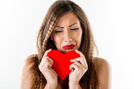 corazon roto: Hermosa infeliz ni�a llorando y con el coraz�n rojo roto. Dise�o de la insignia.