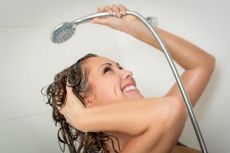 cabine de douche: Belle jeune femme souriante appréciant dans la cabine de douche. Banque d'images