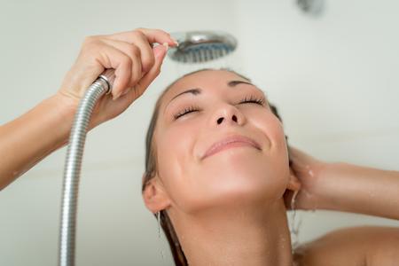 cabine de douche: Belle jeune femme souriante appr�ciant dans la cabine de douche. Banque d'images