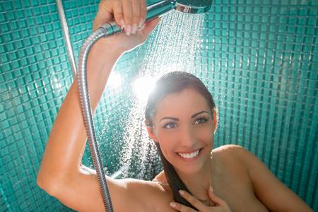 cabine de douche: Belle jeune femme jouissant dans la cabine de douche. Banque d'images