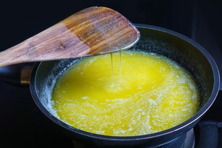 steel pan: fusión de mantequilla en antiadherente sartén