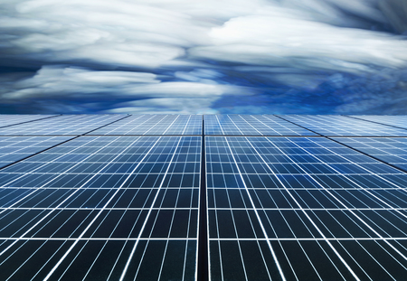 Zonnecelpaneel met Dramatische hemel door tijdstapeltechniek Stockfoto