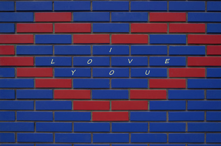 rectángulo: Nueva Te Amo pared de ladrillos de múltiples colores en la casa en la calle Foto de archivo