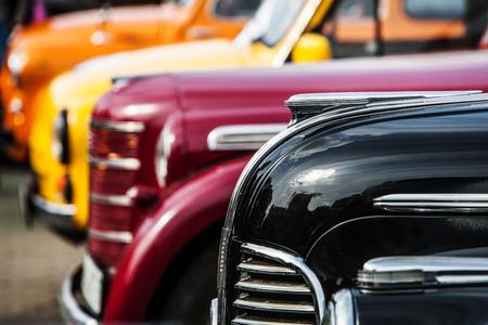 parade van vintage luxe auto's