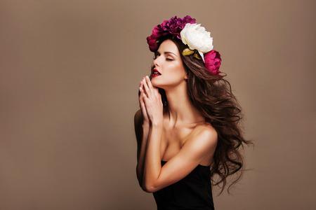 modelos posando: Belleza Chica Modelo de manera con las flores del pelo. Perfecto creativo compone y peinado. Peinado.