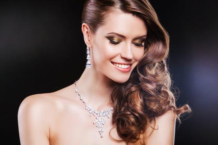 diamante negro: hermosa mujer morena feliz con los accesorios de lujo.