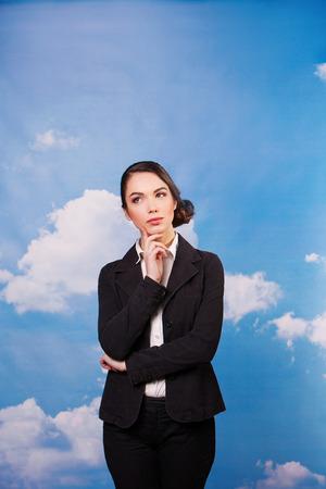 mujer trabajadora: mujer empleado de oficina so�ando. contra el cielo