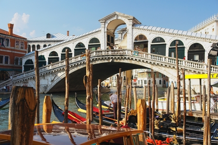rialto bridge: View of the Rialto Bridge, Venice, Italy