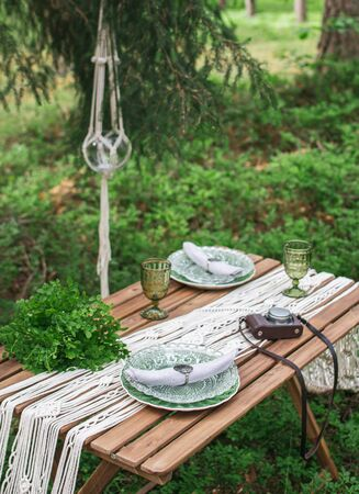 Wedding reception table with macrame tablecloth, decoration on a rustic wooden table Фото со стока - 127115078
